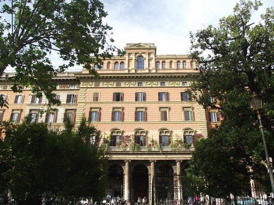 Piazza Vittorio Emanuele II: Um dos edifícios do século XIX visto do interior da praça.