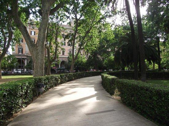Interior da Piazza Vittorio Emanuele II, no bairro Esquilino