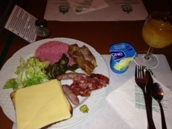 Hotel Rialto : 朝食は地下でバイキング。生ハムもあっておいしかったです。