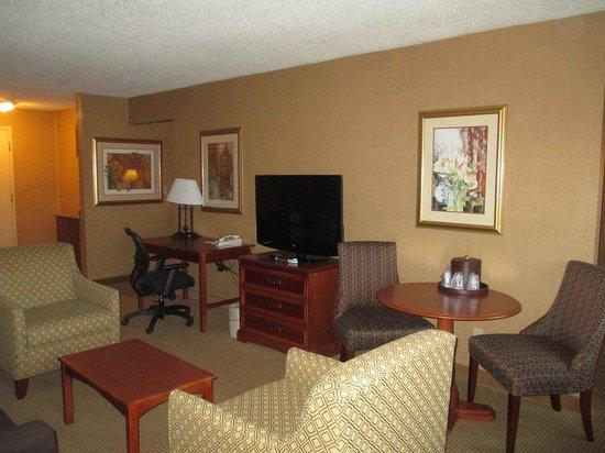 BEST WESTERN PLUS North Haven Hotel: Suite Living Guest Room