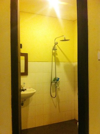 Grand Bimasena Hostel: bathroom with hot water shower