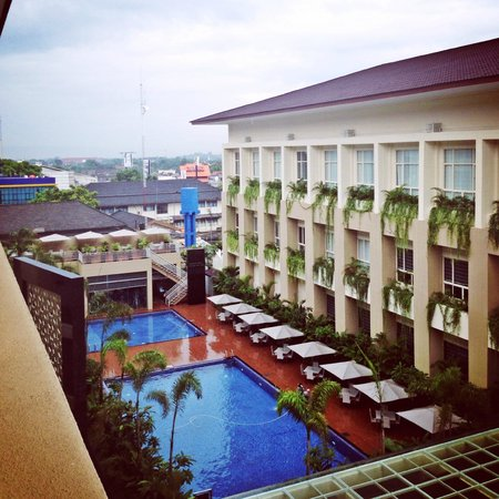 Eastparc Hotel : rainy morning view from balcony to pool area