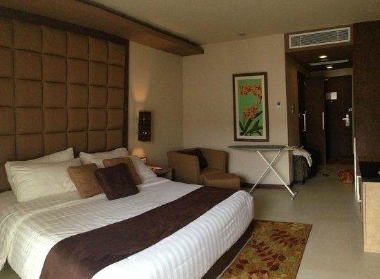 Eastparc Hotel : spacious & well decorated room interior
