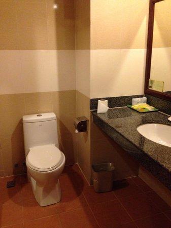 Ohana Phnom Penh Palace Hotel: Bathroom