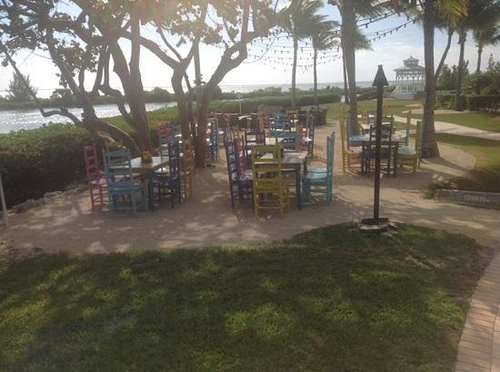 Hawks Cay Resort: fun dining area away from the hussle