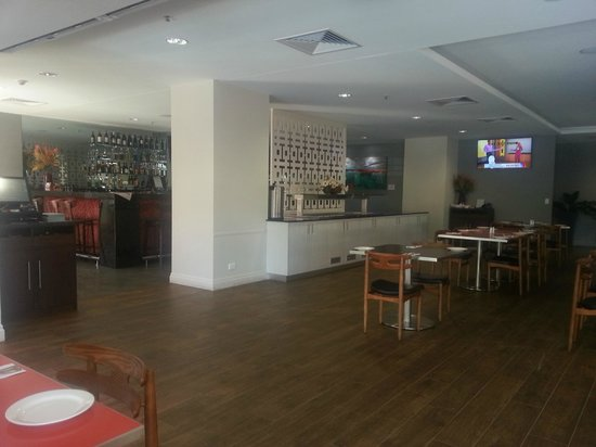 H Hotel: Dining Area overlooks the pool