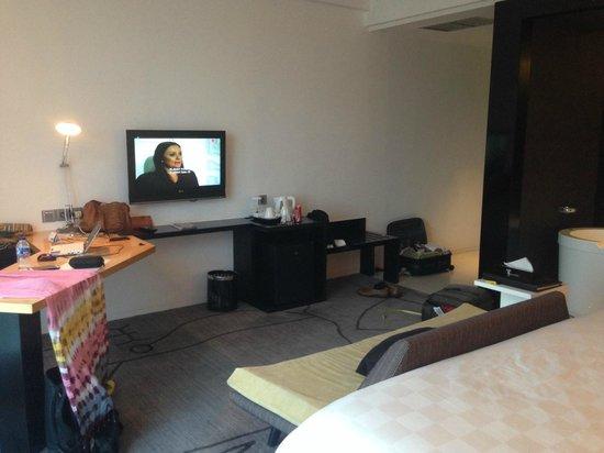 TS Suites Surabaya : Spacious room