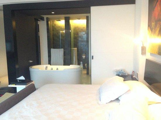 TS Suites Surabaya : Huge bathtub with sliding door