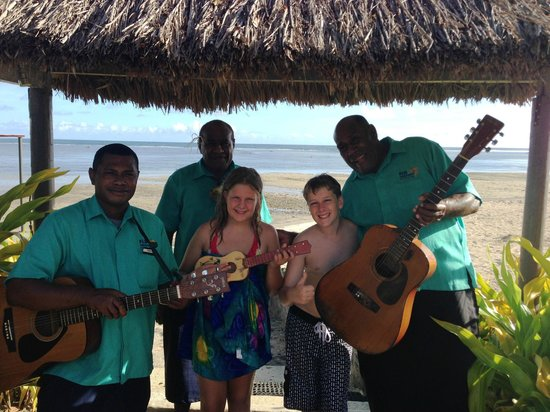 Fiji Hideaway Resort & Spa: Serenading by the pool