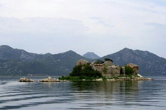 Podgorica, Montenegro: старая крепость на Скадарском озере