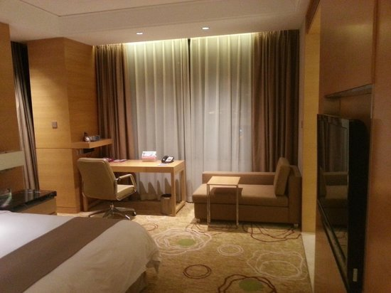 Crowne Plaza Shanghai Anting: Bed room facing the window