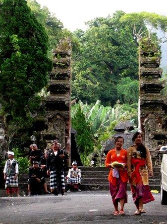 Women leaving Pura Luhur Batukaru