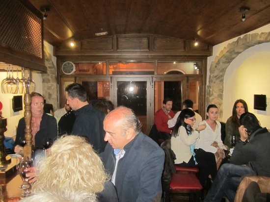 Entrevinos: Local regulars before the crowd hit