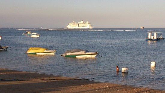 Kind Villa Bintang Resort & Spa: Regelmatig een Cruise schip voor anker
