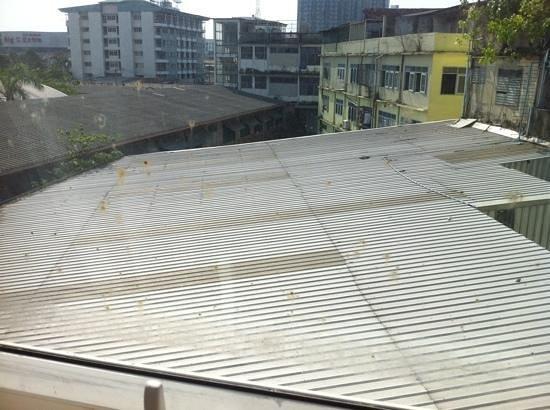 Klassique Sukhumvit : dirty window view from room