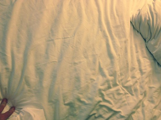 Crowne Plaza Memphis East: Dirty sheets
