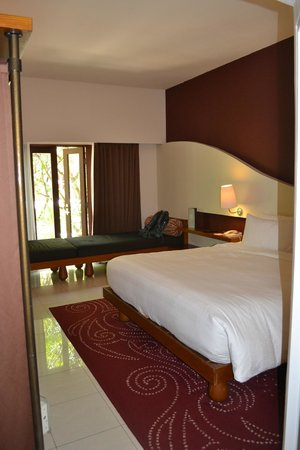 Hard Rock Hotel Bali : Our room with silly day bed blocking doors
