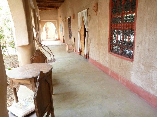 Riad Tabhirte: Terrasse devant les chambres