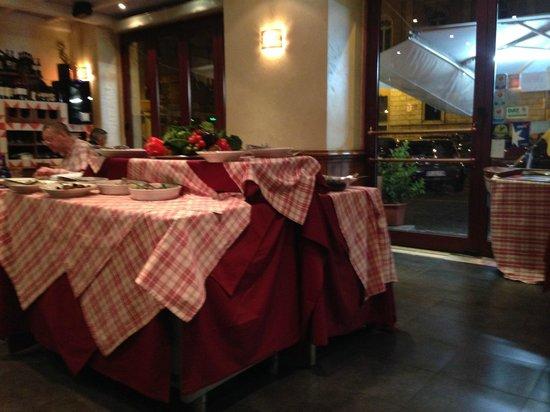 Ristorante Sugo: sala con buffet