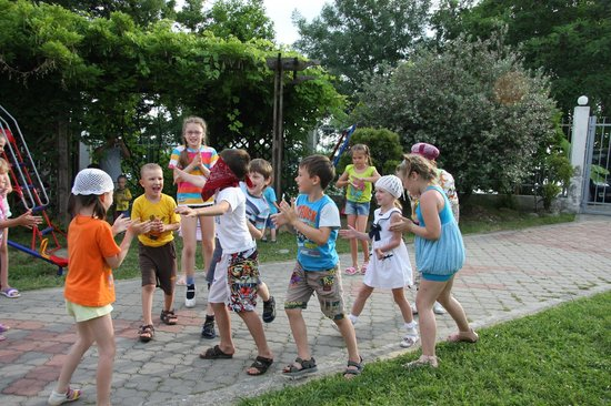WaterLoo Hotel: Children playing in the yard