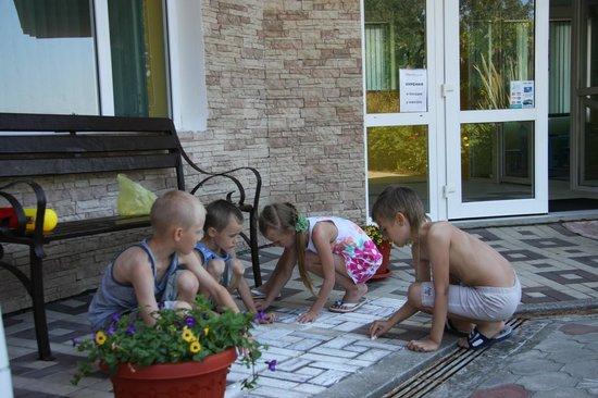 WaterLoo Hotel: Children playing in the hotel yard