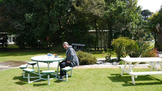 Karamea Holiday Park: Eating lunch in the sunshine