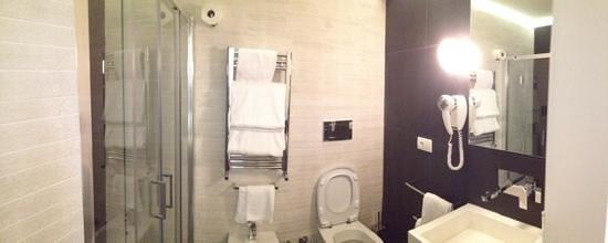 Hotel Abruzzi: Light and modern bathroom.