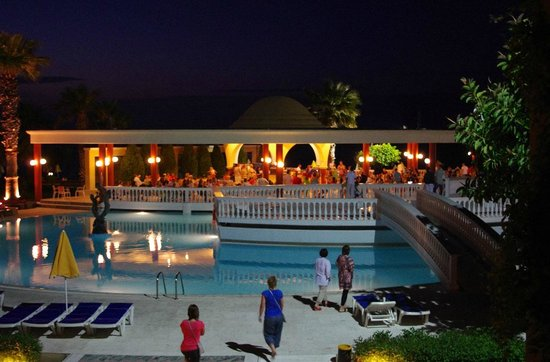 Sunshine Rhodes Hotel: Pool bar in the evening