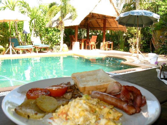 Frog and Catfish Restaurant and Country Inn : Breakfast by the pool