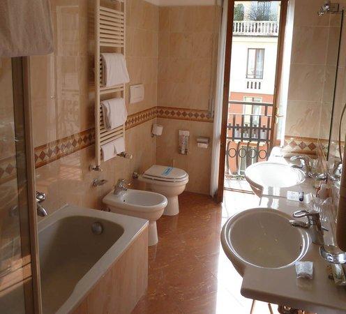 Lancaster Hotel: Bath, shower, 2 basins & sunshine