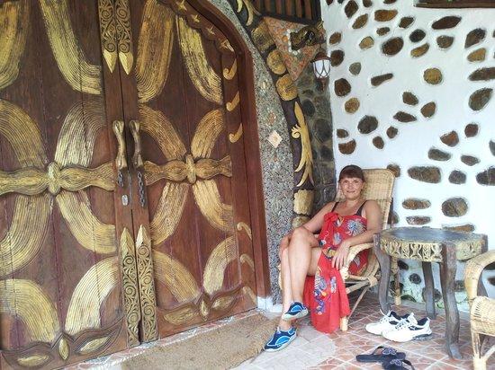 Jungle Inn: Вход в номер - это царские врата.