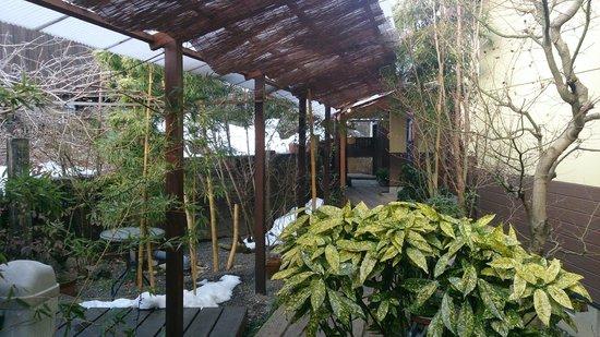 Yufuinsanso Waremoko: Hall way between room - lots of green and shaded