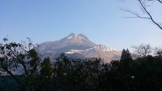 Yufuinsanso Waremoko: View of Mount Yufu from the big private bath