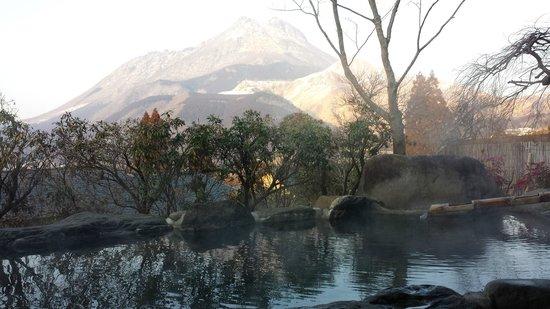 Yufuinsanso Waremoko: View of Mt Yufu from the private onsen