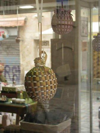 Pure Lavande - Le Château du Bois : A lavender ball displayed in the Pure Lavande window