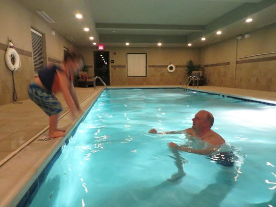 Hampton Inn Harrisonburg South: Lots of fun in this large pool!  Comfy seating for non-swimmers too.