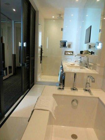 Hôtel Barrière Le Majestic Cannes: La salle de bain