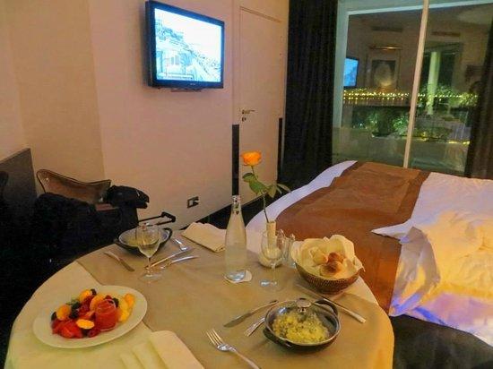Hôtel Barrière Le Majestic Cannes: diner en chambre