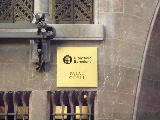 Palais Güell : targa col nome