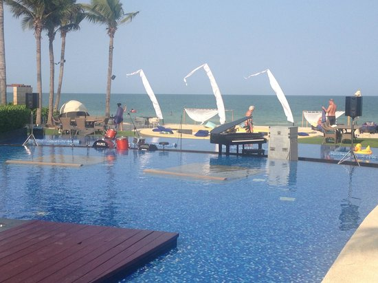InterContinental Hua Hin Resort: Music by the pool