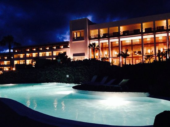 Hesperia Lanzarote: The hotel in the evening