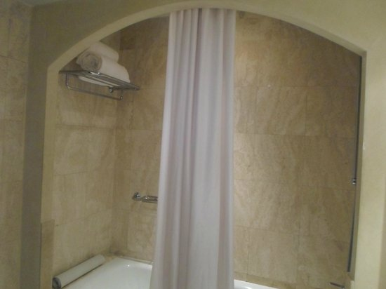 Melia Lima: Un baño completo y moderno, todo de mármol.