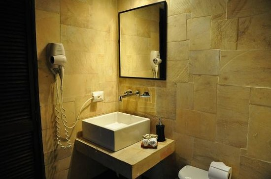 TikiVillas Rainforest Lodge & Spa : Designer equipped bathroom