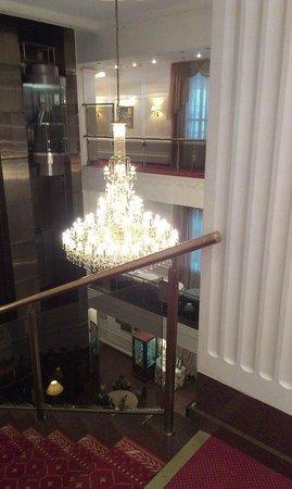 Borodino Hotel : Люстра, которая находится над залом где многие принимают пищу