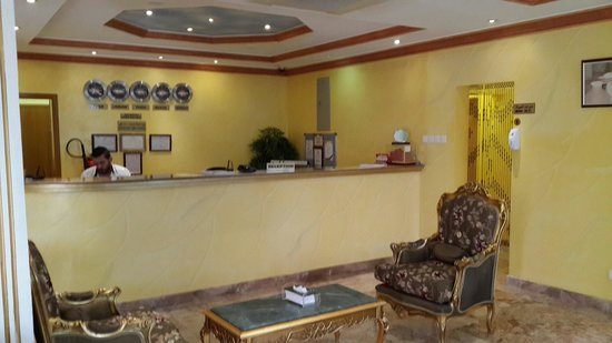 Jibreen Hotel : Lobby and front desk.