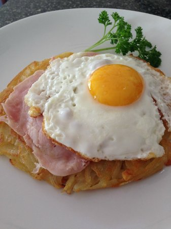 Cafe de Geneve: Roesti with ham and egg