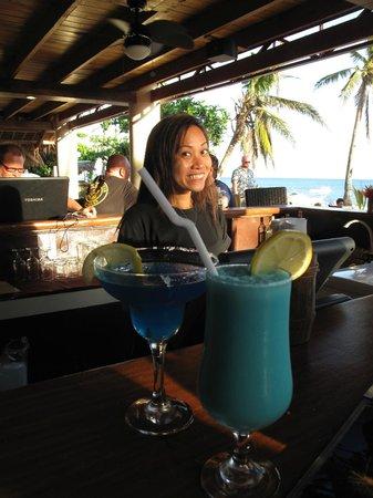 Ocean Vida Beach & Dive Resort: happy hour cocktails