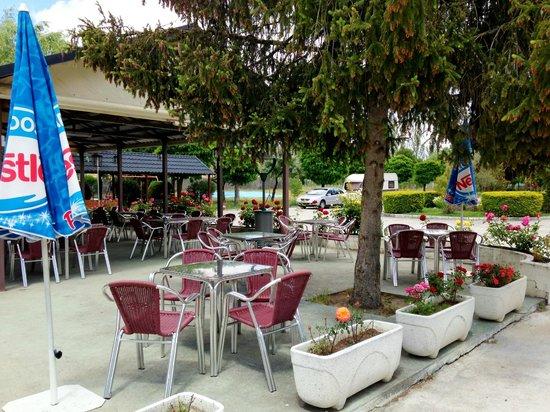 Camping Don Quijote: Terraza de la cafetería bar restaurante