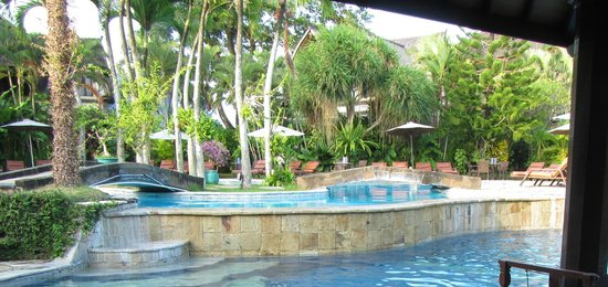 Hotel Vila Lumbung: VIEW OF POOLS FROM THE BAR