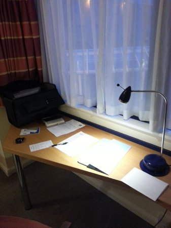 Holiday Inn Express Milton Keynes: A large desk area in my room, excellent for business use.